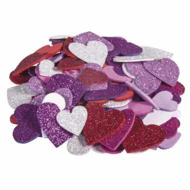 100x zelfklevende hobby/knutsel foam/rubber hartjes met glitters