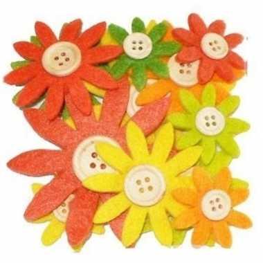 12 stuks gekleurde hobby bloemen geel/oranje/groen van vilt met houte