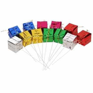 12x cadeau prikkers/stekers decoratie materiaal 4 x 4 x 4 cm