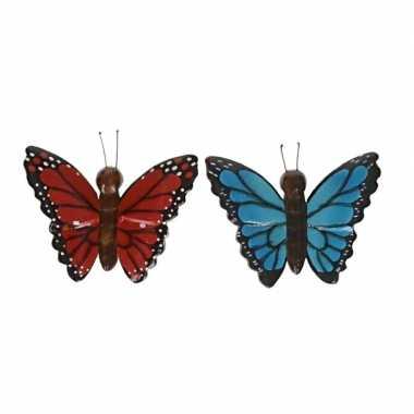 2 stuks houten koelkast magneten in de vorm van een rode en blauwe vlinder