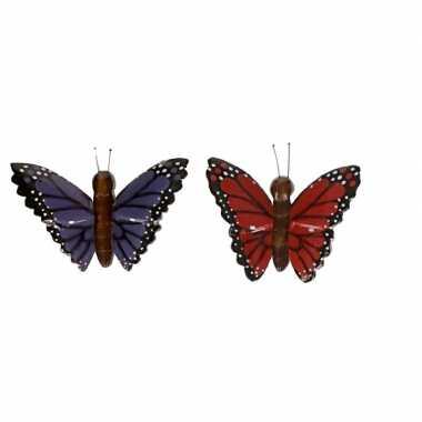 2 stuks houten koelkast magneten in de vorm van een rode en paarse vlinder