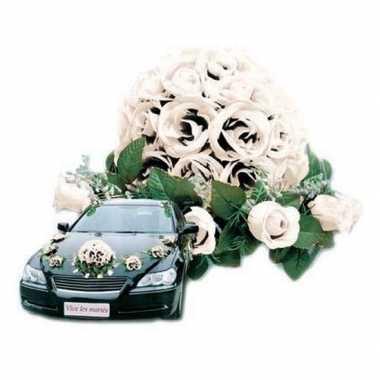 Witte bloemstukken voor de auto