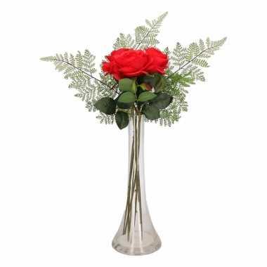 Woondecoratie smalle vaas met rode rozen boeketje
