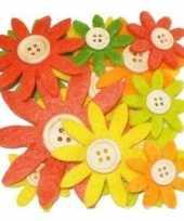 12 stuks gekleurde hobby bloemen geel oranje groen van vilt met houten knoop